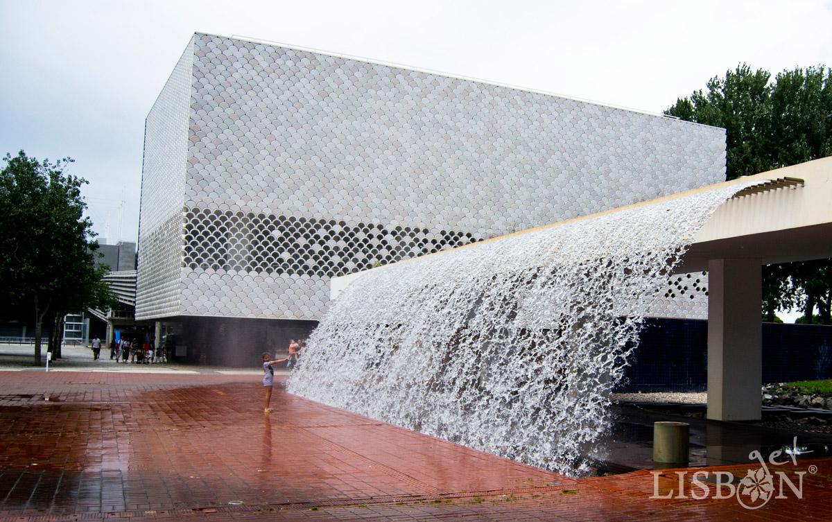 Parque das Nações, Cascata dos Jardins da Água e Edíficio do Mar