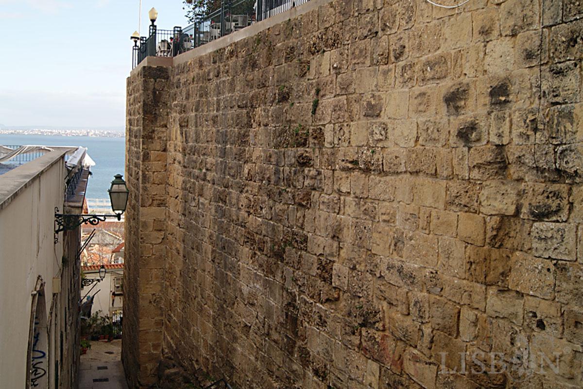 Moorish wall, Portas do Sol