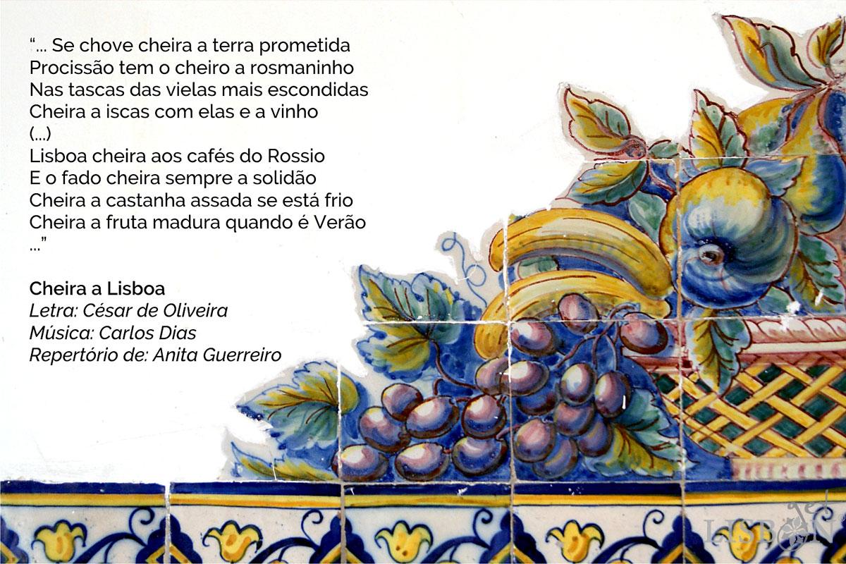 Painel de azulejos com motivos de frutas