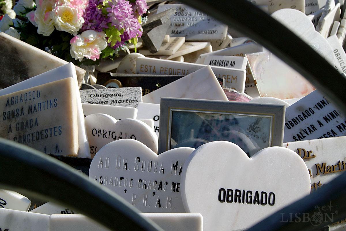 Ex-votos around the monument of Dr. Sousa Martins in Campo Mártires da Pátria