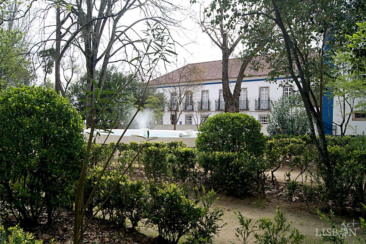Solar dos Zagallos: Jardim misto com fontes e árvores centenárias
