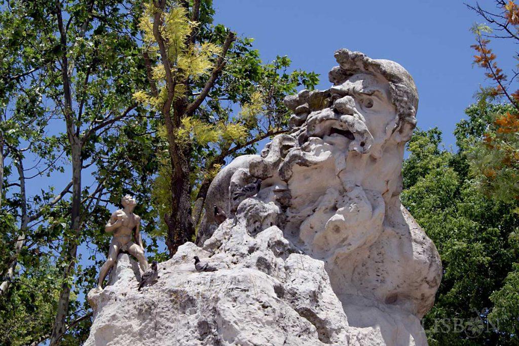 Adamastor. Escultura em pedra que representa a personificação do Cabo das Tormentas na figura do gigante Adamastor feita por Luís de Camões em Os Lusíadas. Da autoria do escultor Júlio Vaz Júnior foi promovida pela Câmara Municipal de Lisboa em 1927.