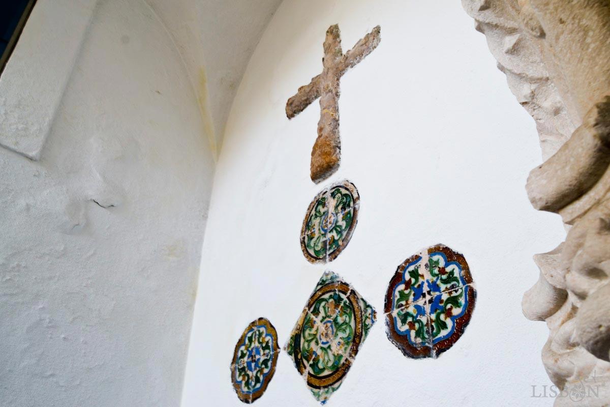 Portal tardo-gótico e azulejos hispano-árabes - Igreja Nossa Senhora da Luz