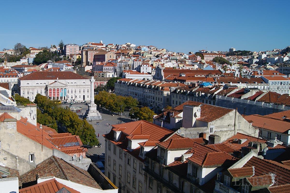 Rossio, Praça D. Pedro IV, Lisboa. Ao fundo o Teatro Nacional D. Maria II, o Palácio da Independência e recuada a Igreja de São Domingos