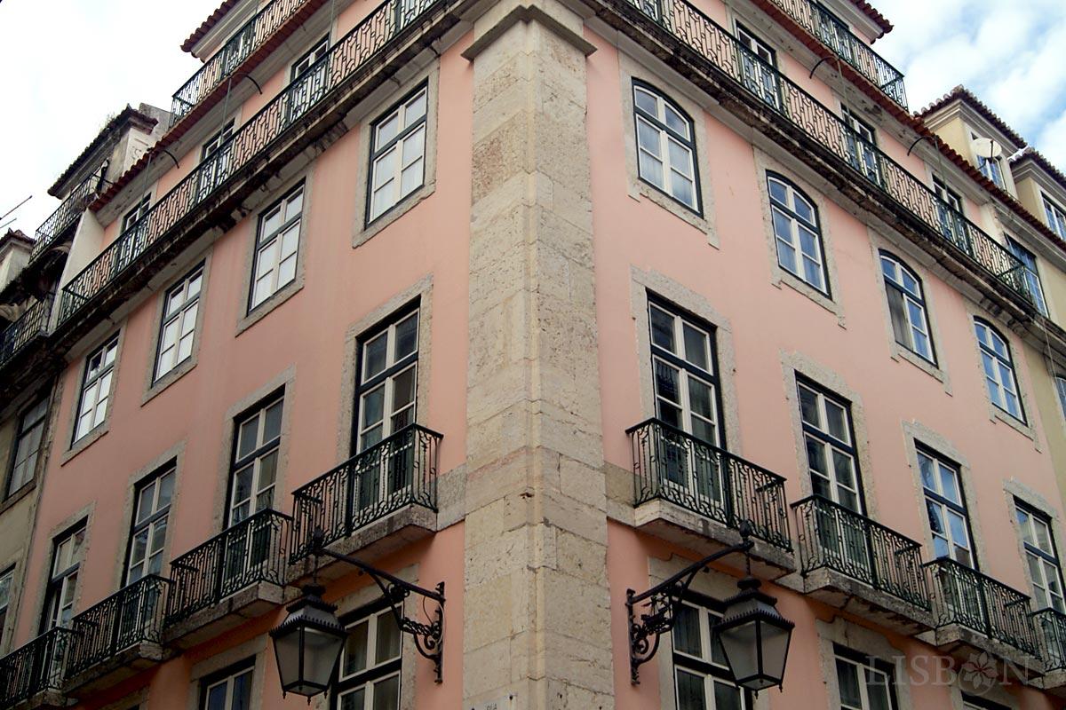 Baixa Pombalina, esquina da Rua dos Correeiros (esq.) com a Rua da Vitória (dir.). Um olhar mais atento verifica que as cantarias das janelas diferem em função da importância das ruas