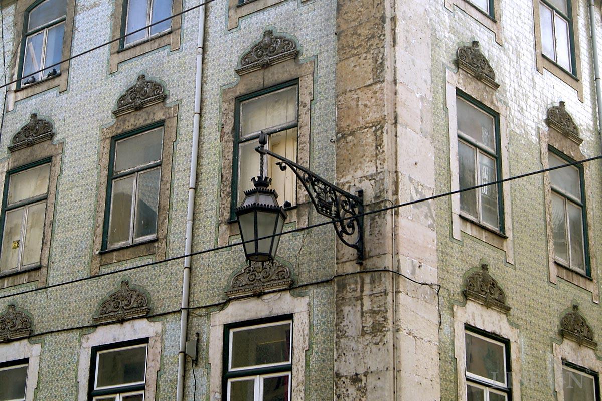 Ao longo do tempo alguns edifícios da Baixa Pombalina receberam novas decorações