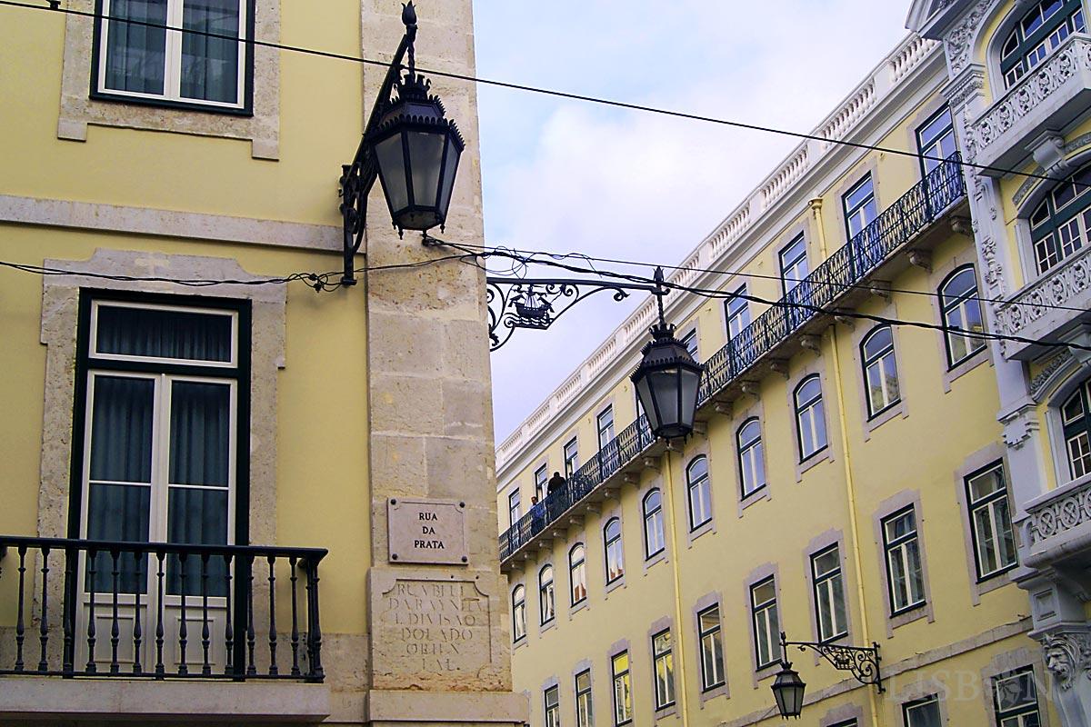 A antiga toponímia está ainda presente em algumas artérias da Baixa Pombalina. A Rua da Prata foi outrora a Rua Bela da Rainha