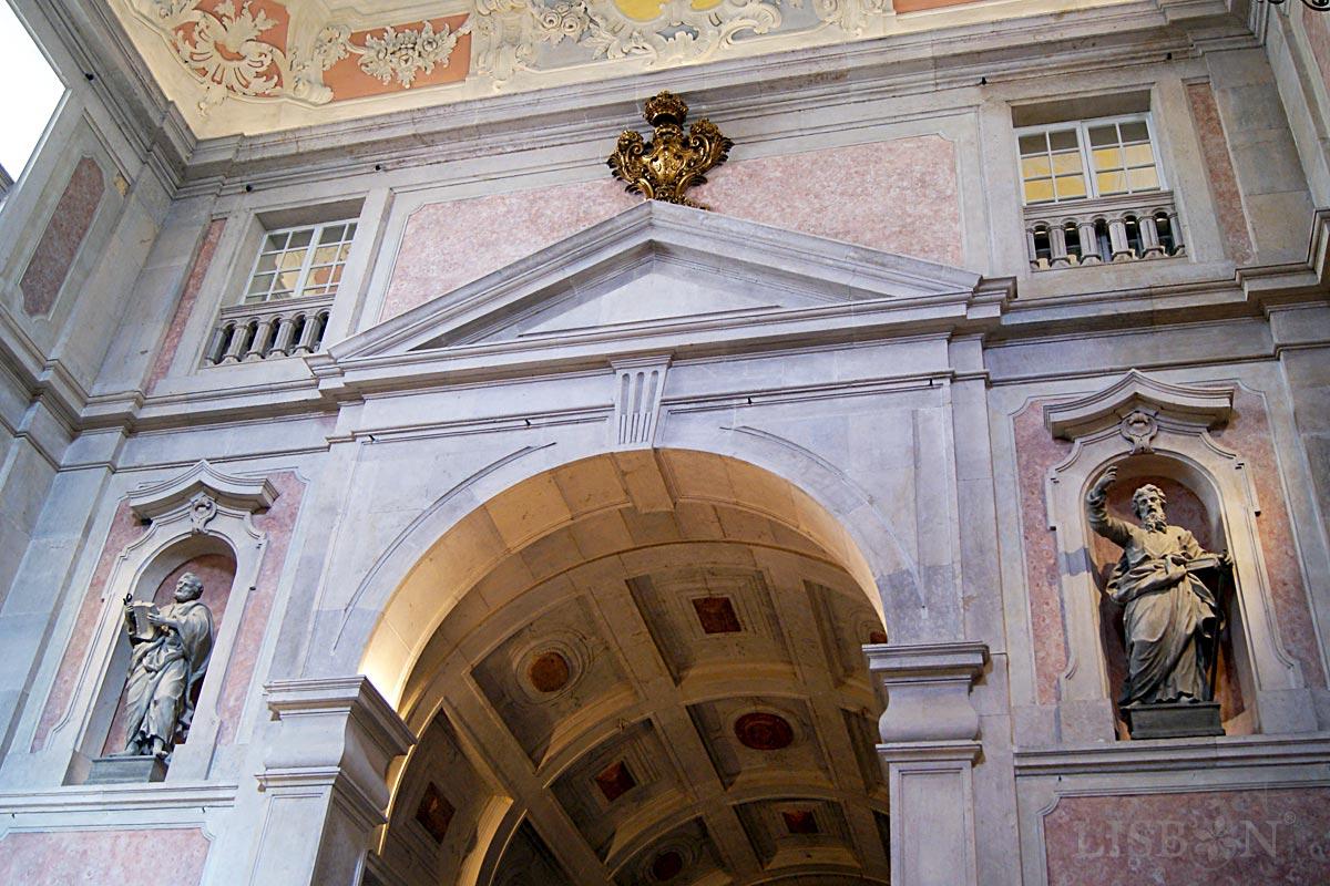 Decorative motifs around the triumphal arch of the Church of Conceição Velha