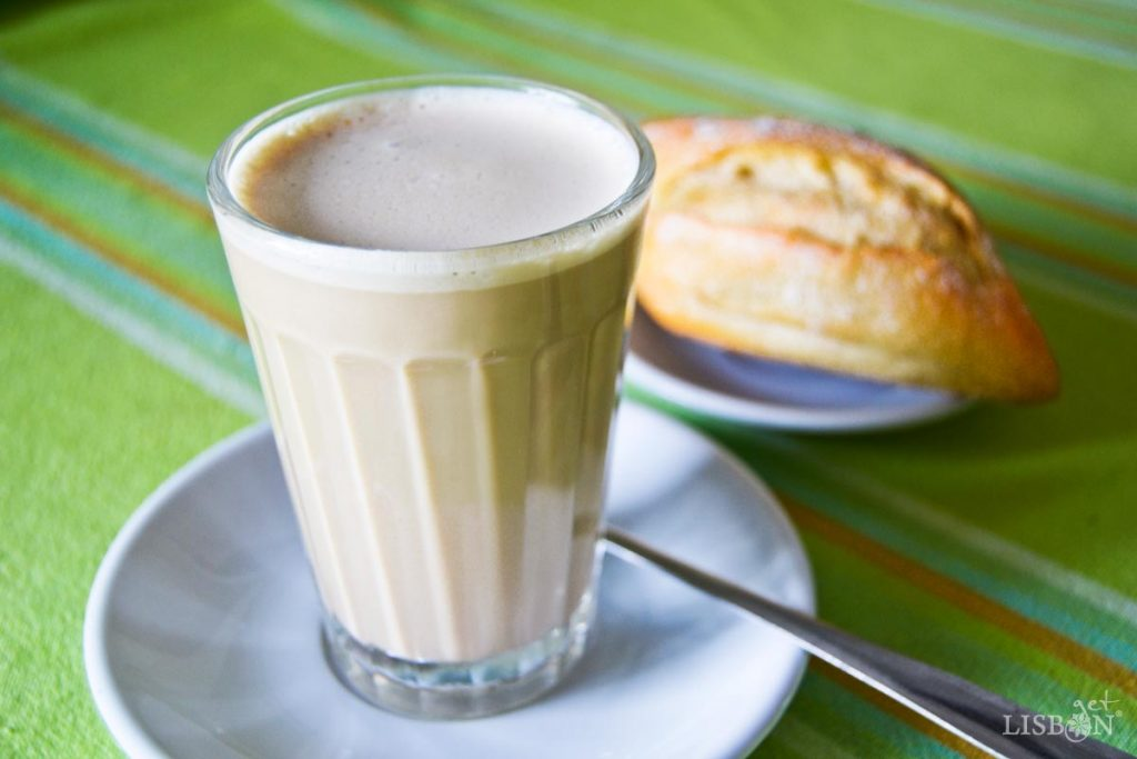 Galão, café com leite servido em copo alto