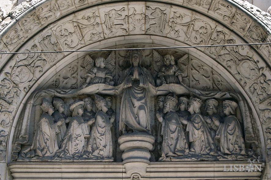 Representação escultórica da Virgem da Misericórdia no tímpano do portal da Igreja da Conceição Velha