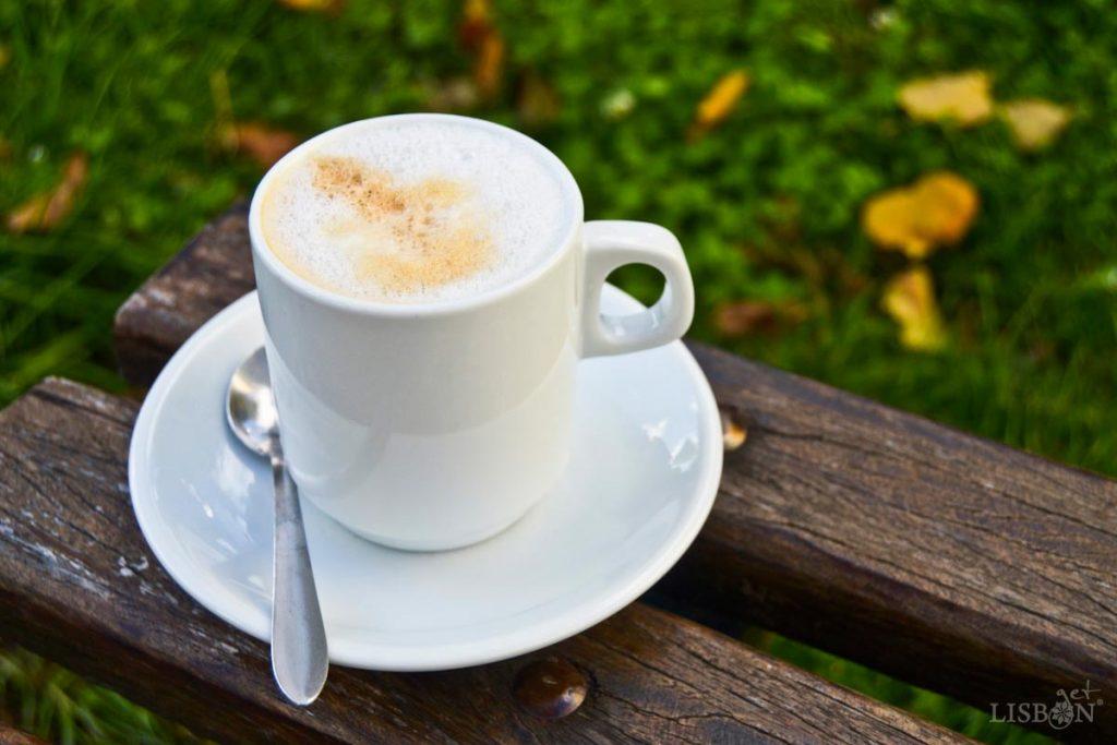 Meia-de-leite, café expresso com leite servido em chávena grande