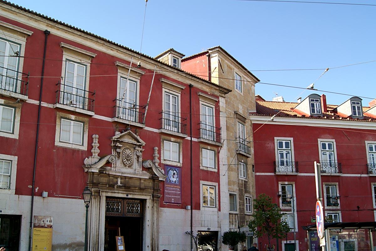 Museu de Artes Decorativas Portuguesas instalado no Palácio Azurara, um edifício classificado como imóvel de interesse público.