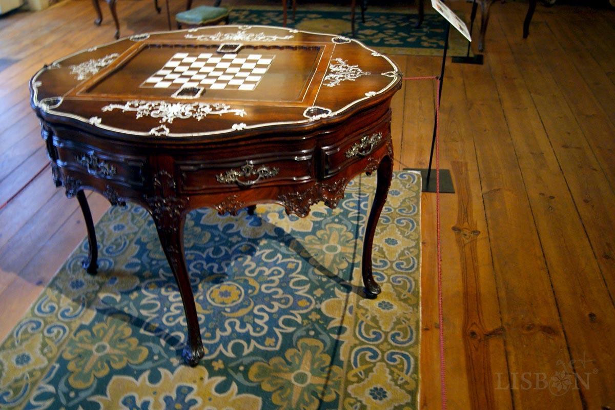 Museu de Artes Decorativas Portuguesas, Lisboa: mesa multifunções do séc. XVIII