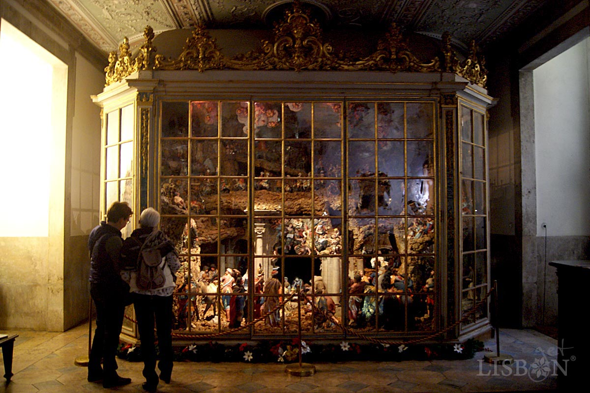 The Nativity Scene of the Estrela Basilica was executed between 1781 and 1785, is constituted by more than 400 figures and is closed in a glass cabinet that protects it.