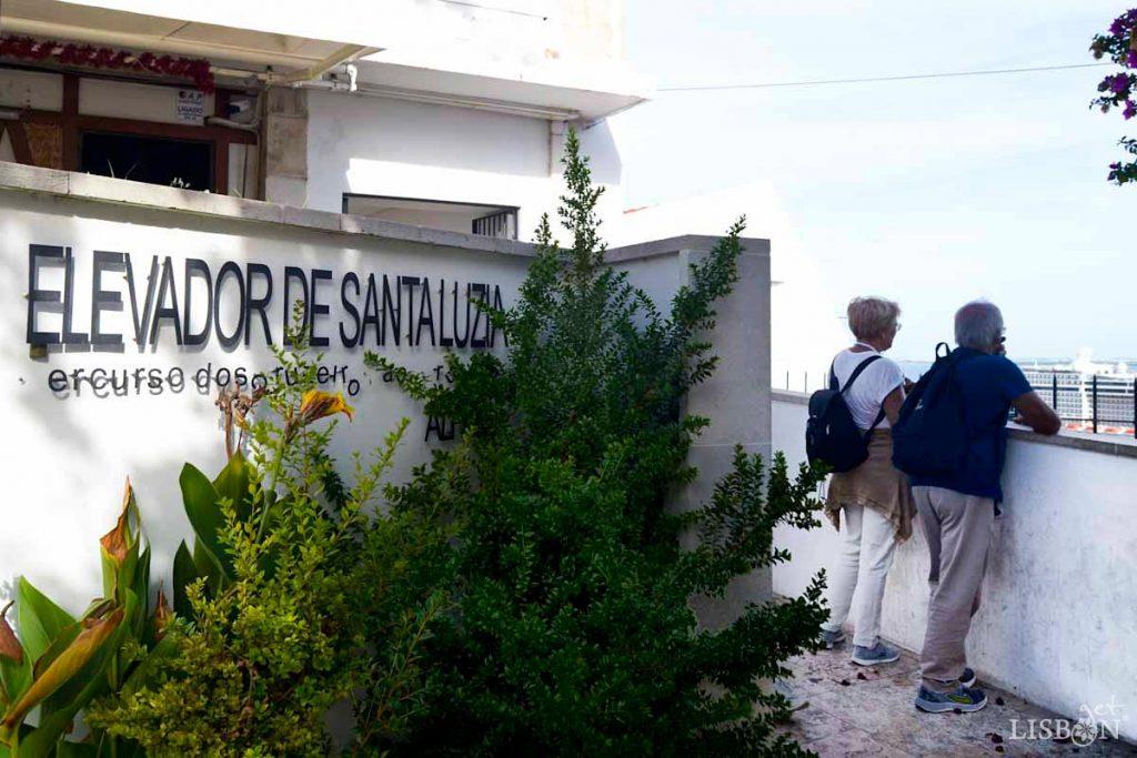 Elevador de Santa Luzia faz a ligação entre o Miradouro de Santa Luzia e a Rua Norberto de Araújo em Alfama.