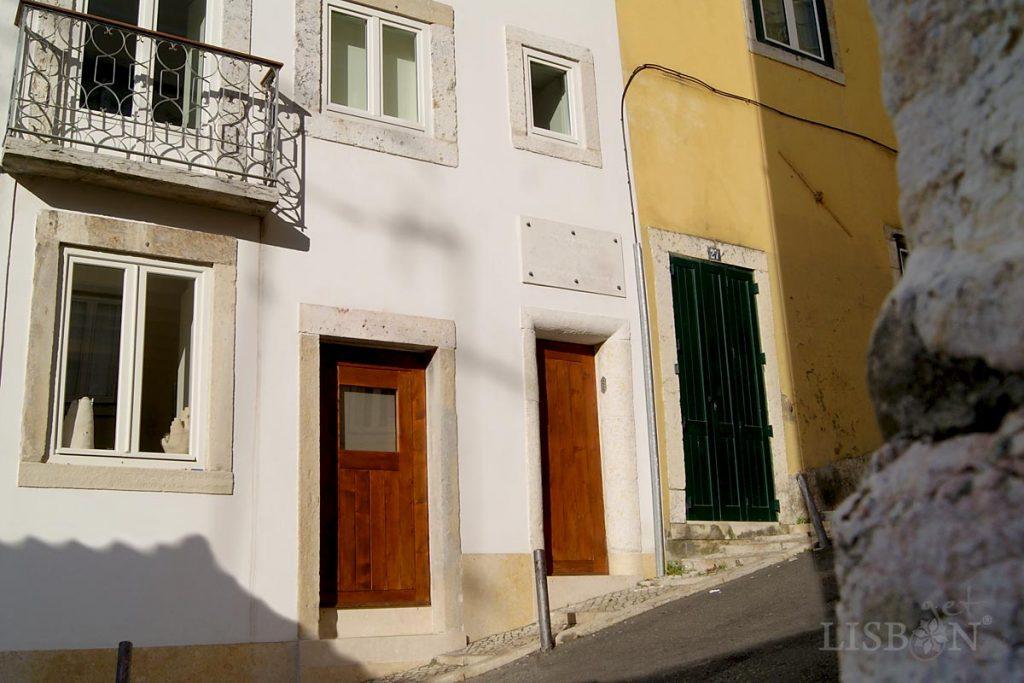 Na Travessa André Valente nº25 encontramos a última morada do poeta pré-romântico Bocage (Setúbal 1765 – Lisboa 1805) que ali faleceu com apenas 40 anos de idade.