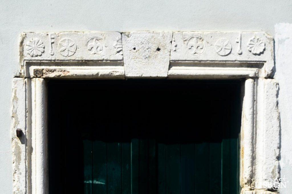 Portal do Largo da Severa que apresenta lintel esculpido com símbolos de protecção