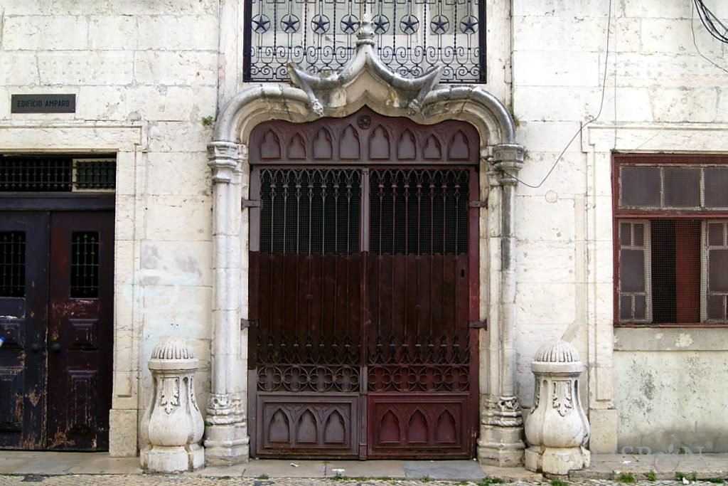 Magnífico portal da Rua da Mouraria. Se observarmos com atenção podemos constatar que as bases das colunas se encontram em cima no local dos capitéis e os capitéis a fazer as vezes de bases.