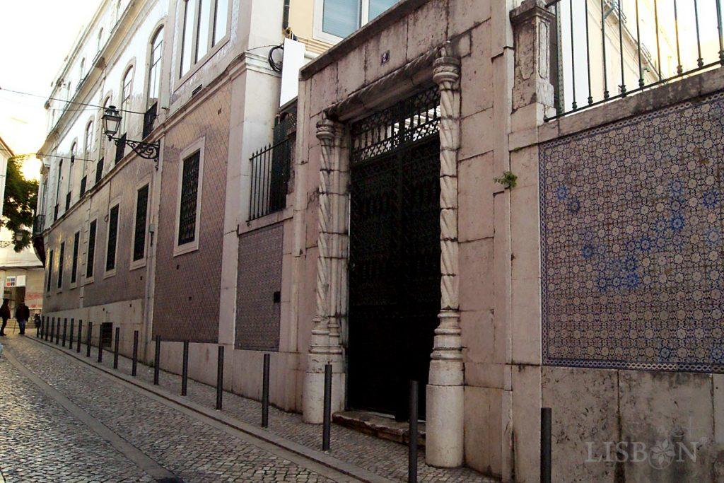 Portal quinhentista do antigo Paço de São Cristóvão na Rua do Regedor