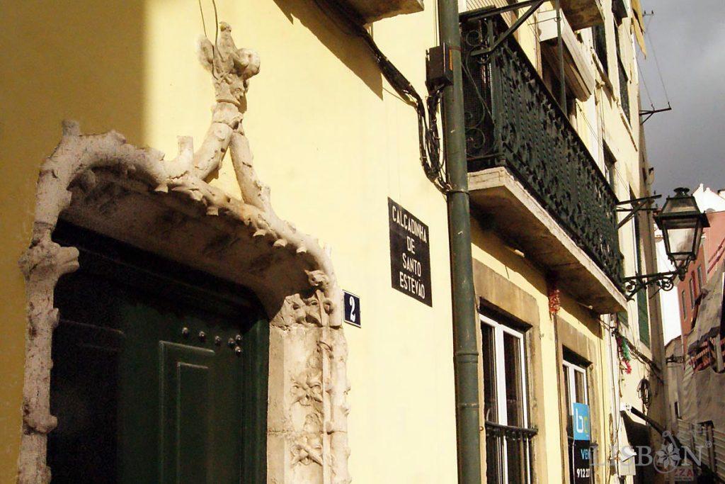 Portal quinhentista decorado com motivos vegetalistas da Calçadinha de Santo Estevão em Alfama