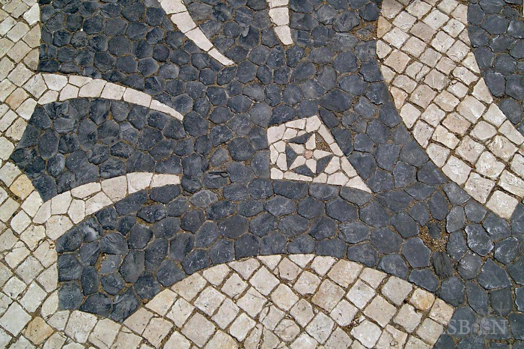 Desenho na calçada que envolve o Monumento aos Mortos da Grande Guerra, na Avenida da Liberdade