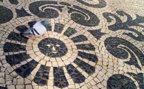 Curiosos Segredos na Calçada Portuguesa em Lisboa