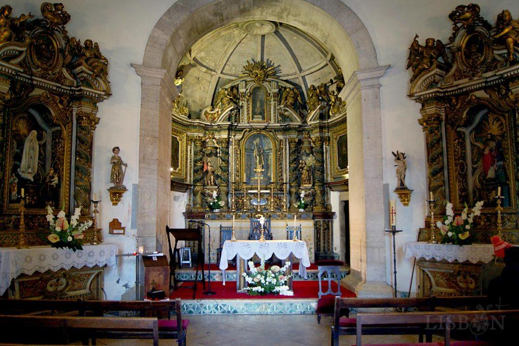 A capela-mor apresenta planta circular e cobertura em abóbada semiesférica truncada e os altares são todos em talha barroca
