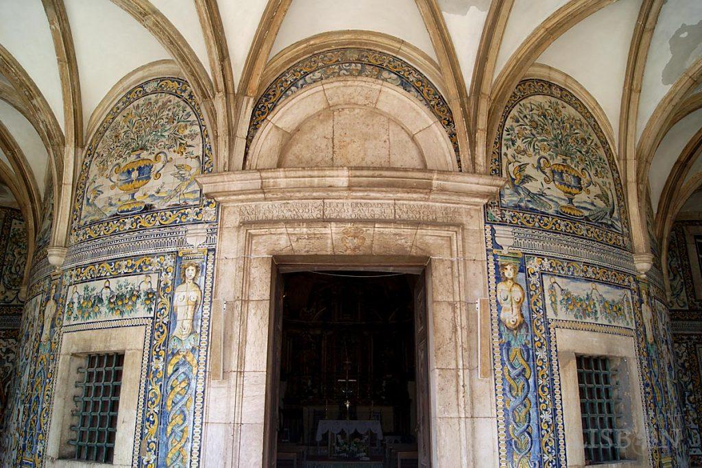 A galilé coberta por abóbada abatida de nervuras apresenta as paredes totalmente revestidas com azulejos policromos Maneiristas