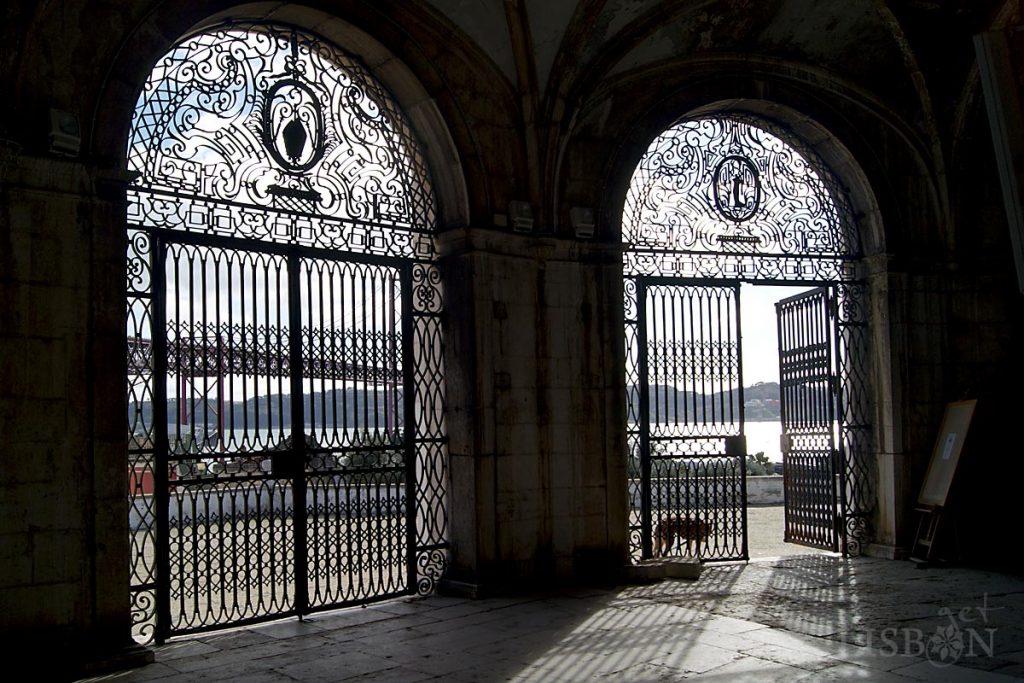 O corpo da capela é precedido por uma galilé semicircular, com contrafortes que ladeiam cinco arcos de volta perfeita. Aos três arcos abertos correspondem admiráveis portões em ferro forjado acrescentados no séc. XVIII.