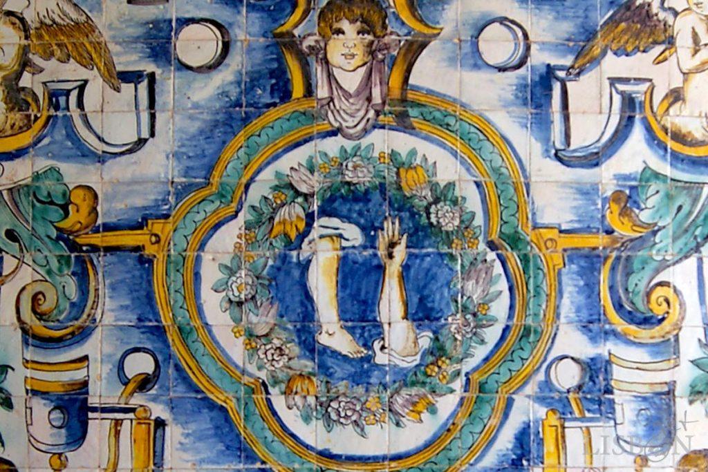 Braços e pernas esculpidos em madeira e em pedra, pintados em azulejos ou forjados em ferro, são a iconografia do santo que estão presentes em todos os elementos decorativos da capela.
