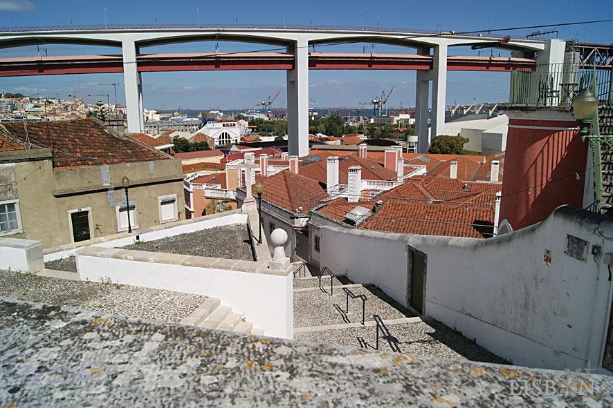 Do conjunto arquitectónico faz parte a escadaria monumental, interrompida por um patamar com cruzeiro.