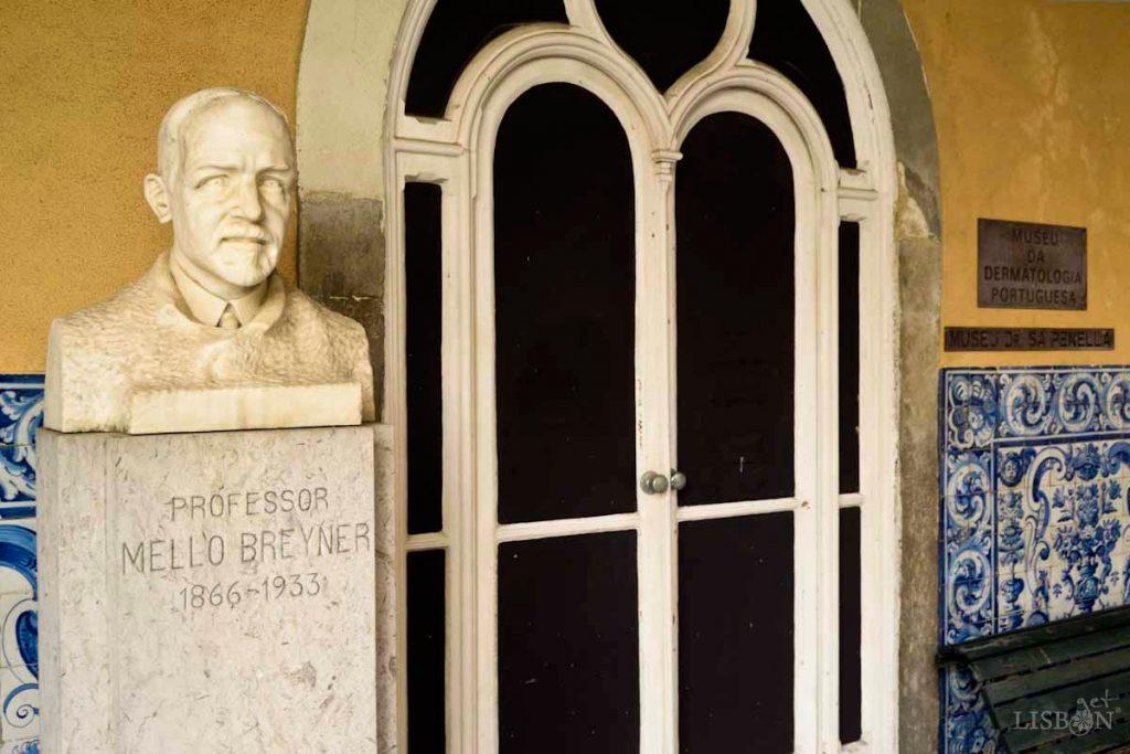Busto de homenagem ao Professor Mello Breyner na entrada do Salão Nobre do Hospital dos Capuchos, onde se encontra a Colecção de Dermatologia