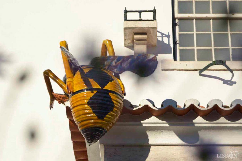 Decoração no exterior do museu com peça de faiança de grandes dimensões