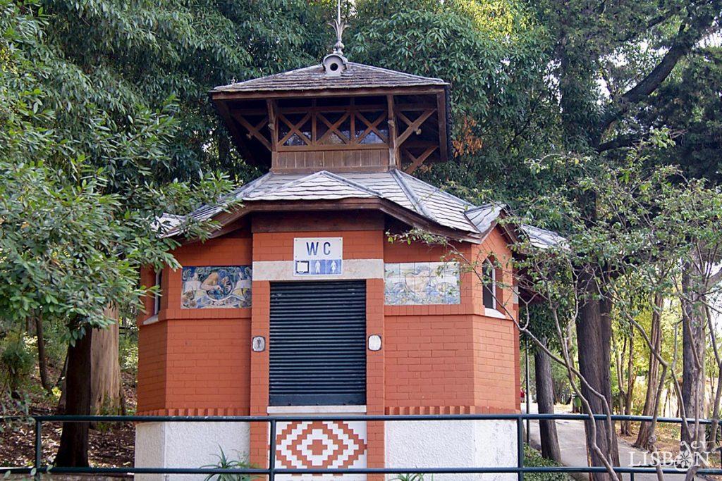 WC kiosk of the Silva Porto Park in Benfica