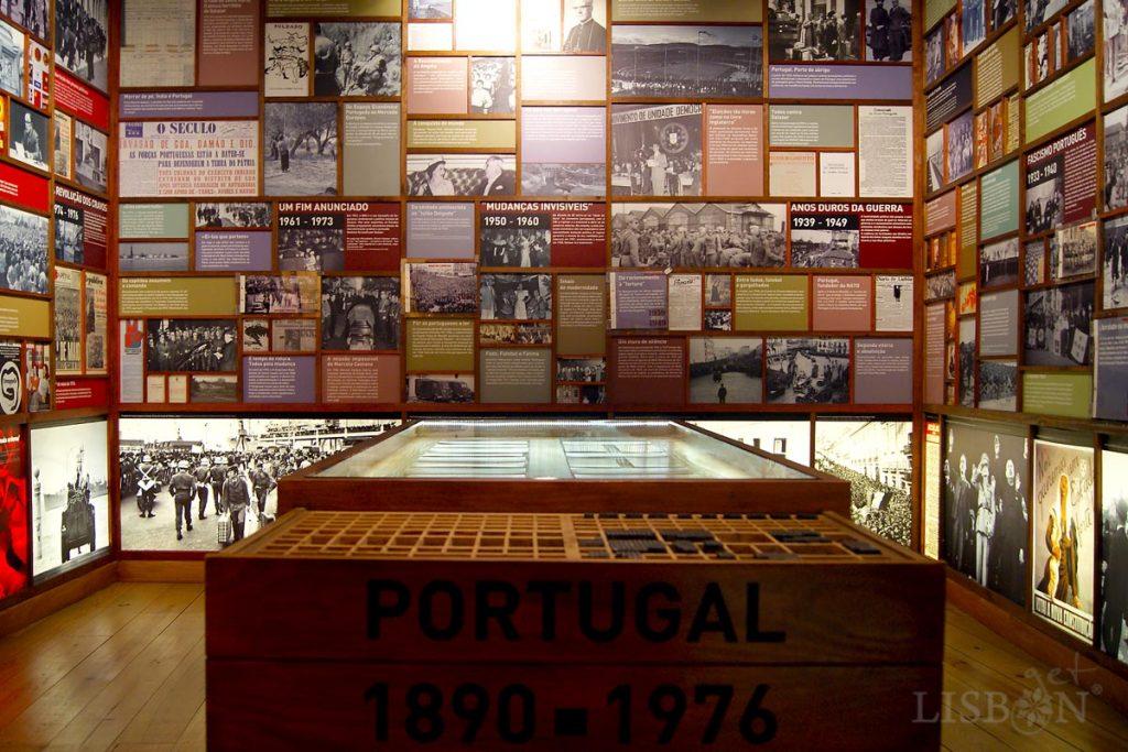 A imagem dos caixotins, caixas onde se guardam os tipos tipográficos, transposta para as paredes da sala onde se retrata Portugal de 1890 a 1976