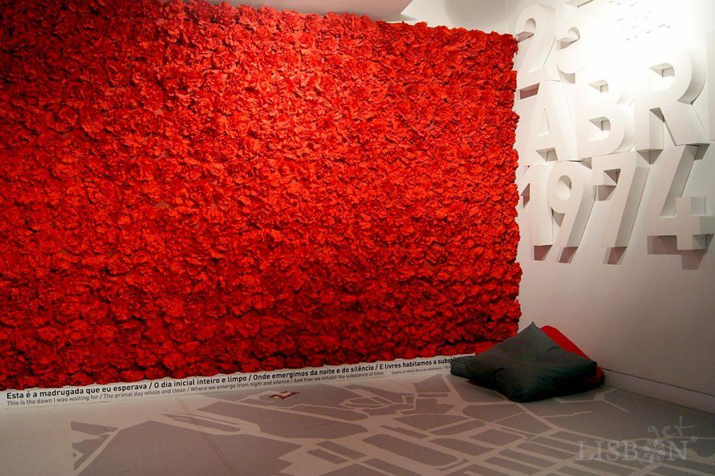 Destaque para o culminar da visita com uma magnífica instalação com centenas de cravos vermelhos e uma frase de Sophia de Mello Breyner Andresen que celebram a conquista da liberdade com a Revolução do 25 de Abril de 1974.