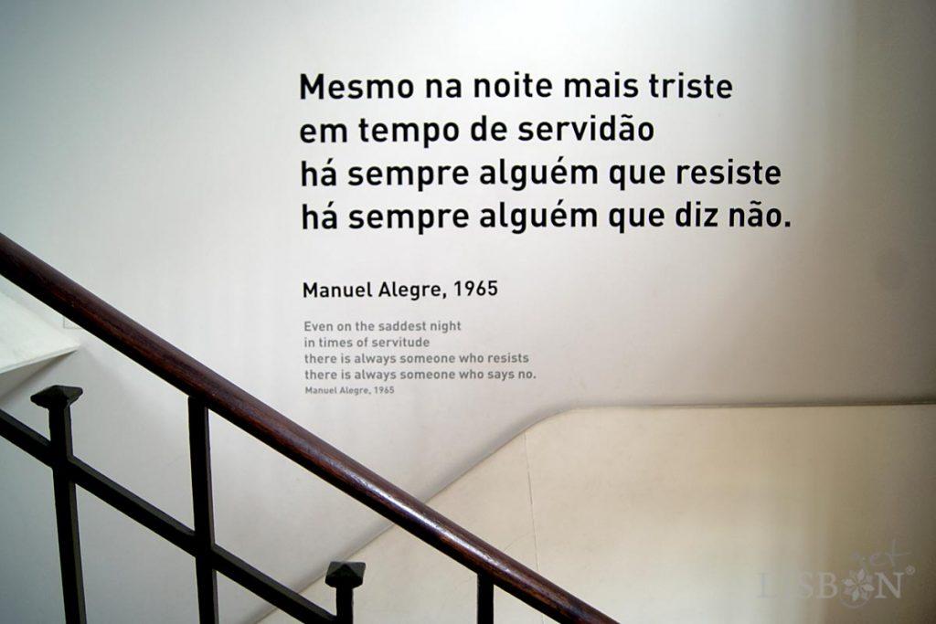 Ao longo da escada existem frases de poetas que invocam a resistência, a luta e a esperança