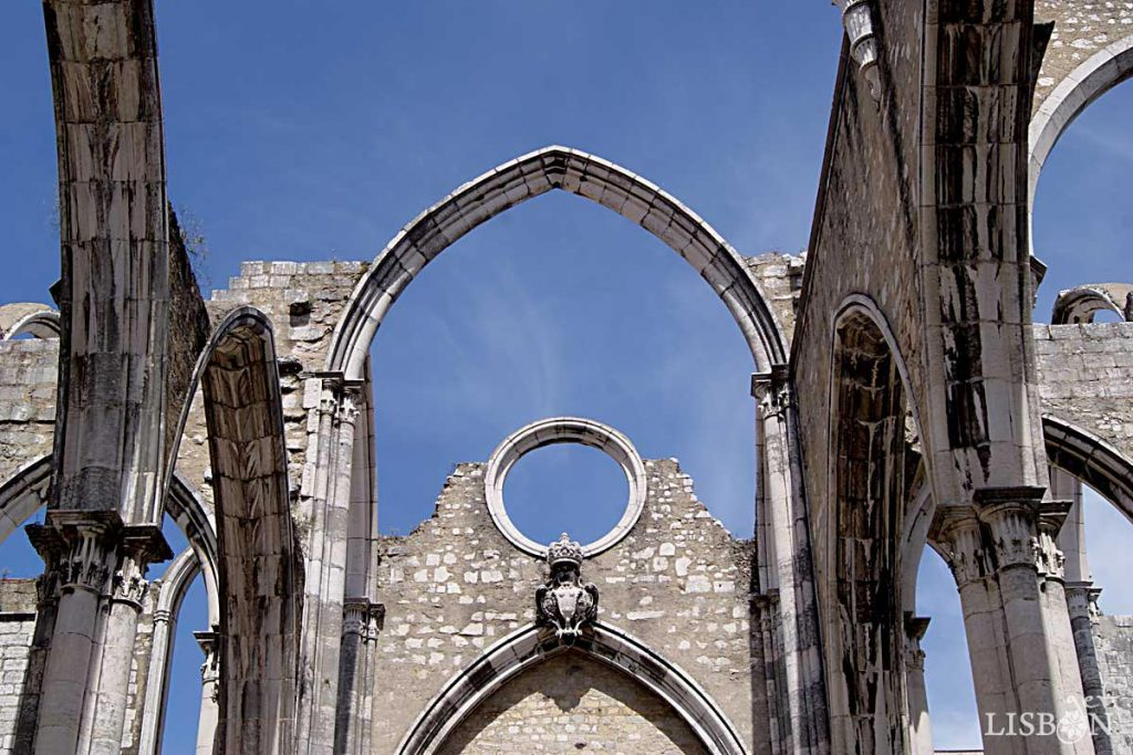 A reconstrução abandonada da igreja do Convento do Carmo, memorial do Terramoto de 1755