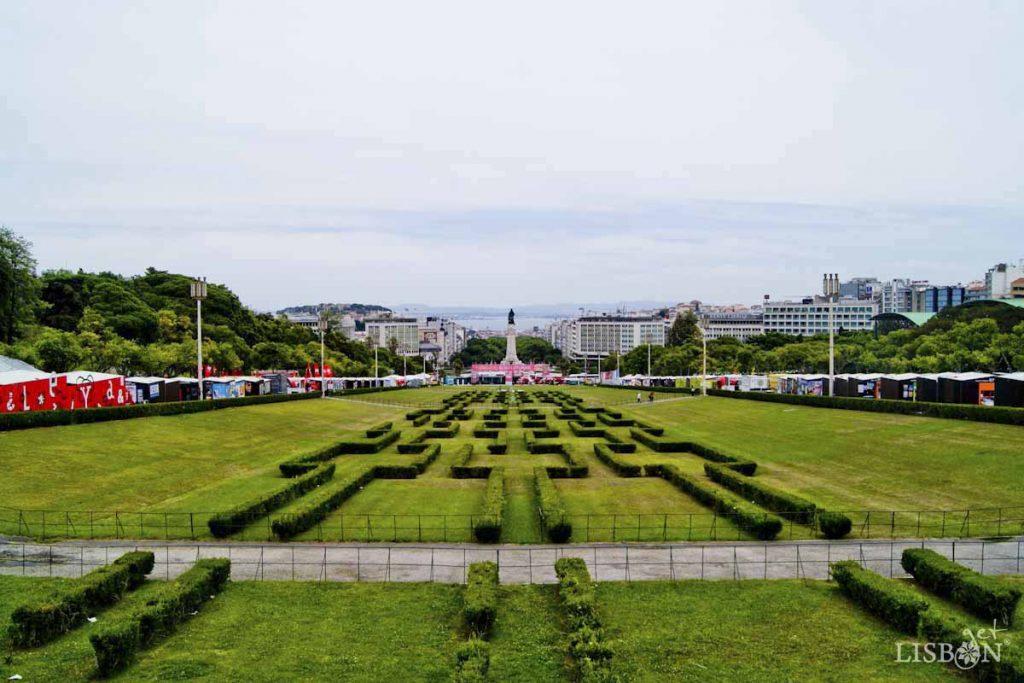 A Feira do Livro de Lisboa estende-se dos dois lados da alameda do Parque Eduardo VII desde 1980