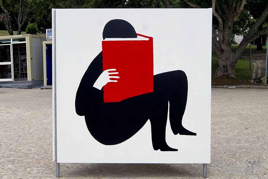 Painel decorativo na Feira do Livro: não há nada que substitua o toque do papel, o cheiro e a proximidade de um objecto que nos acompanha há gerações