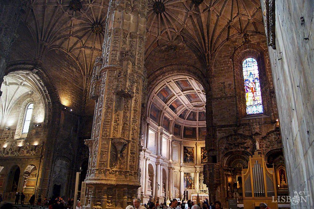 Igreja de Santa Maria de Belém, onde se verifica evidente diferença estilística entre o corpo da igreja e a capela-mor.
