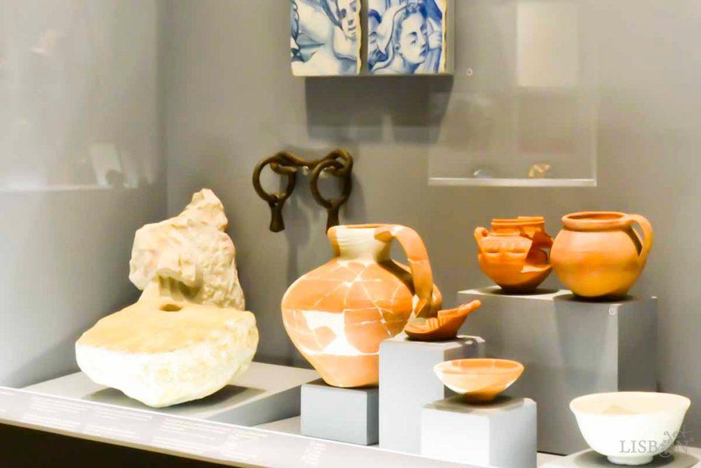Peças de cerâmicas, Museu da GNR. Hoje as intervenções de restauro são por norma passíveis de ser removidas o que garante a integridade do objecto restaurado