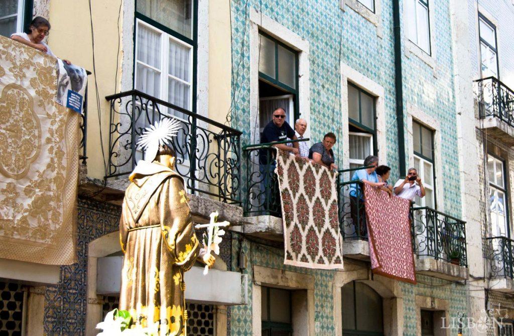 As janelas enfeitam-se com colchas à passagem da Procissão de Santo António