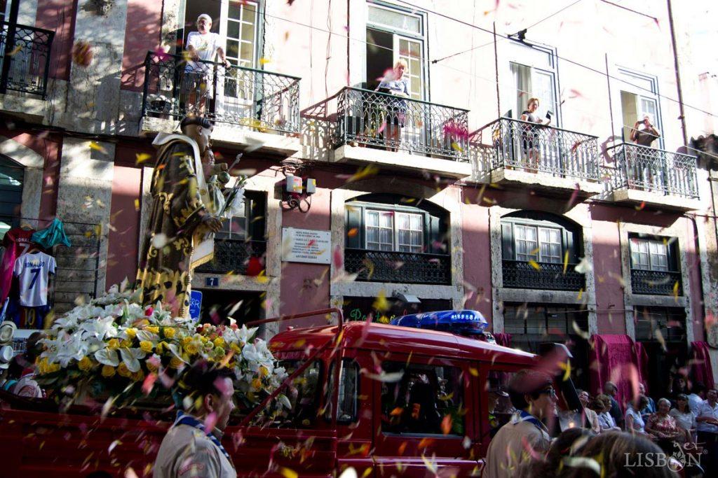 A imagem de Santo António que hoje sai na procissão é transportada por um jipe dos bombeiros