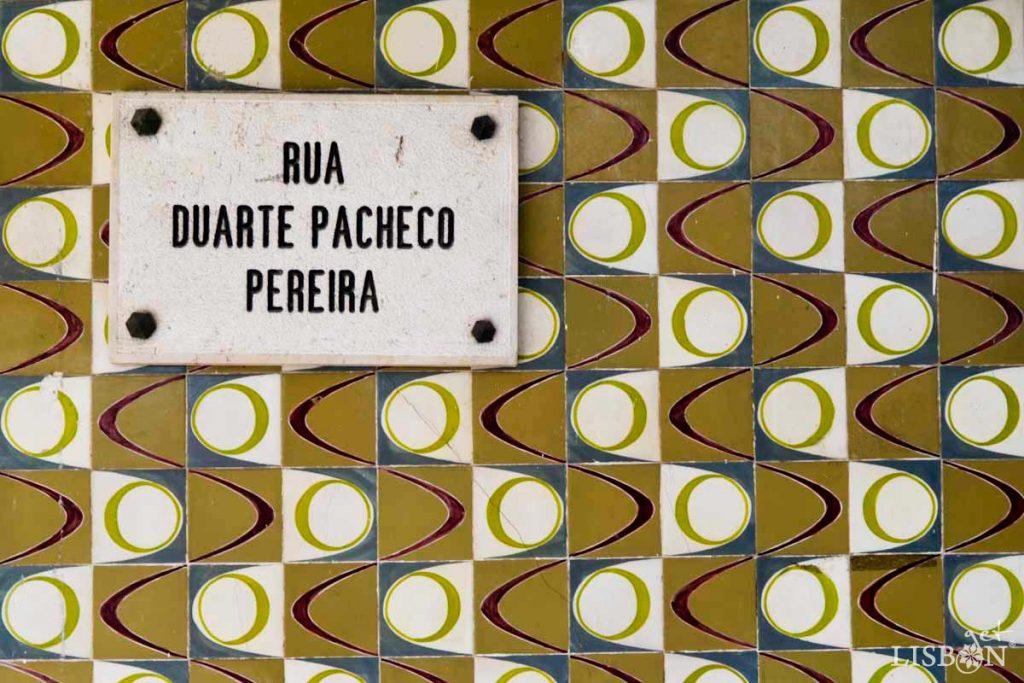 São azulejos de padrão para fachadas das galerias inferiores de um projecto de habitação e zona comercial do arquitecto Chorão Ramalho, no Restelo, na zona ocidental de Lisboa.