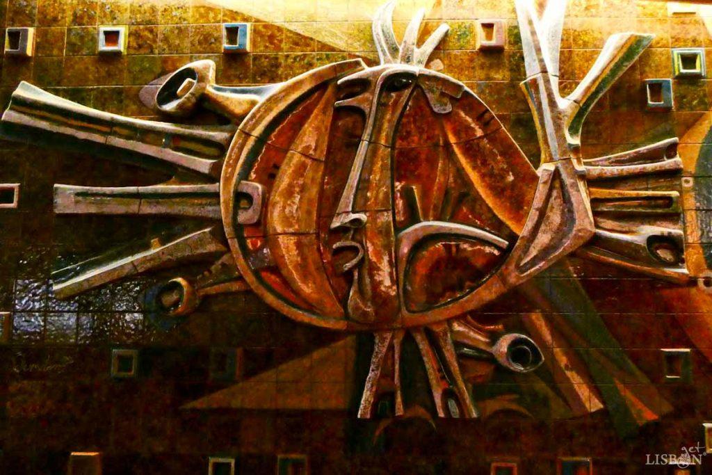 Na histórica pastelaria Mexicana, junto à Praça de Londres, conserva-se uma das mais emblemáticas obras de cerâmica de Querubim Lapa. O sol é elemento de destaque no painel da Pastelaria Mexicana