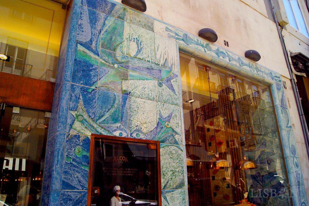 Uma das mais emblemáticas obras de cerâmica de Querubim Lapa. Revestimento exterior e interior da antiga Casa da Sorte, em pleno Chiado.