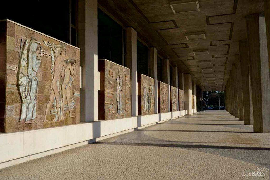 Conjunto de seis painéis na galeria exterior do Tribunal Cível. Nesta intervenção Querubim Lapa executou seis painéis que são peças autónomas de temas relacionados com a justiça.