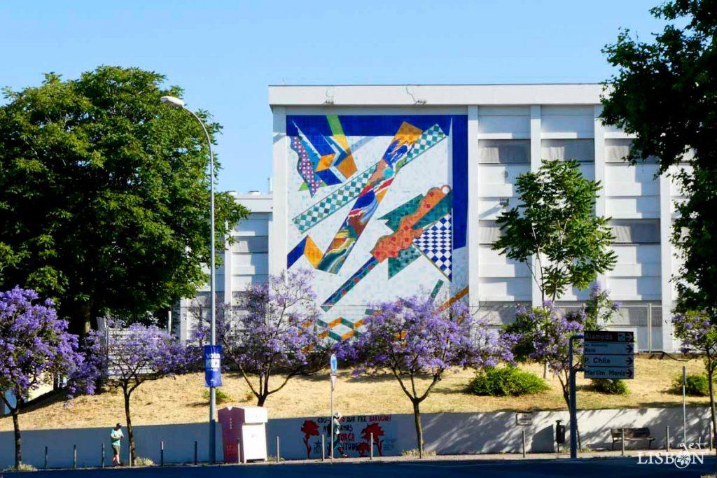Painel na fachada da Escola Artística António Arroio. Nesta obra podemos observar a utilização de formas geométricas desconstruídas, contrastadas com a existência de uma grande pintura abstracta de cores intensas que atravessa o painel na diagonal.