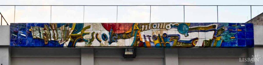 Baixo-relevo cerâmico de 1987 onde figura elementos abstractos e o nome da própria escola, Escola António Arroio.